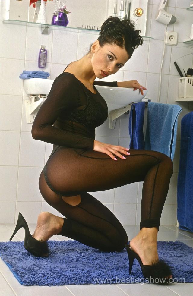 001_Veronica_Zemanova_crotchless_pantyhose